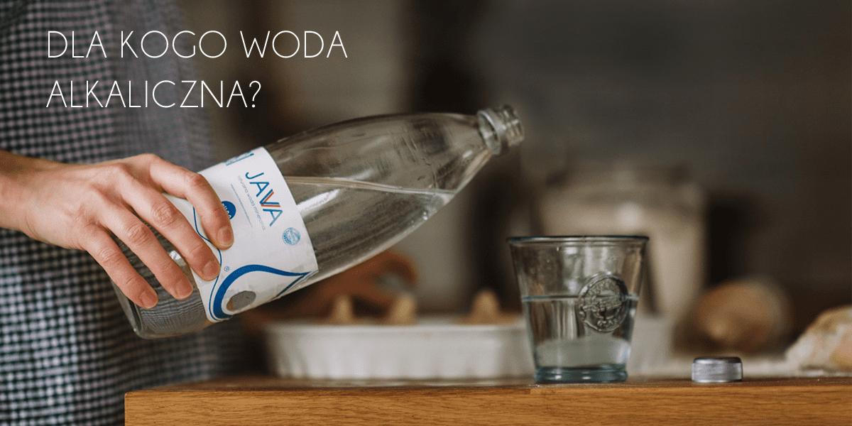 Nalewanie wody z butelki do szklanki