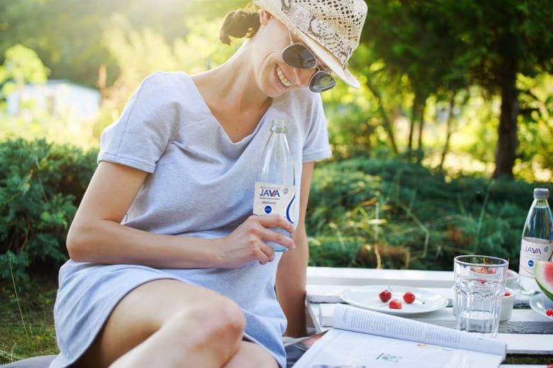 Kobieta pije wodę mineralną